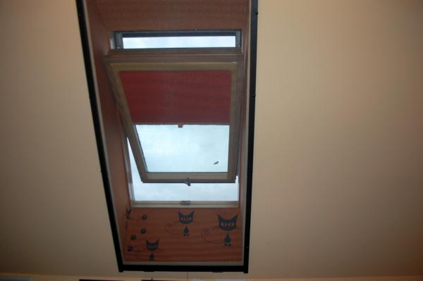 Czerwona roleta okna dachowego