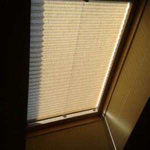 Biała żaluzja okna dachowego