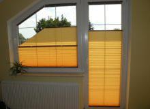 Żółte rolety na oknie i drzwiach balkownowych