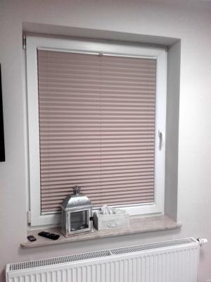 Zasunięty plis na kwadratowym oknie